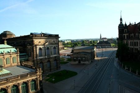 Udsigten fra værelset med Operaen bagved til venstre og Elben ret forrude ved broen.