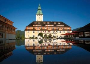 Schloss Elmau er akkurat så fabelagtigt som på billedet. Men nu er det også hårdt at kører Porsche, og så manglede det da bare, at hvilefaciliteterne ikke levede op til vognen...