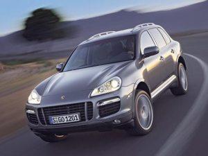 Cayenne er baseret på VW Touareg. Den gav Porsche rigtigt mange penge på kistebunden, gjorde overtagelsesforsøget på VW muligt, og betød i sidste ende, at Porsche knækkede halsen og må melde sig ind i VW-familien...