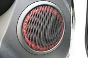 Det funky LED-lysarrangement i højtaleren er en 'gutsy' detalje...