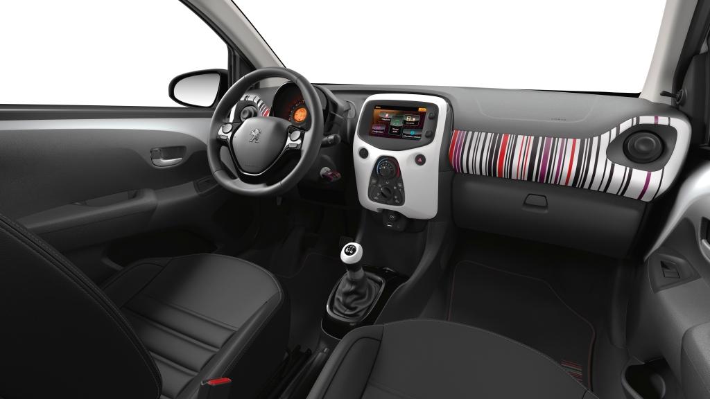 Indvendigt er den kæk og funky. Men ingen Peugeot. Glem alt om i-cockpit. Her er et stort rat og masser af dimsedutter...