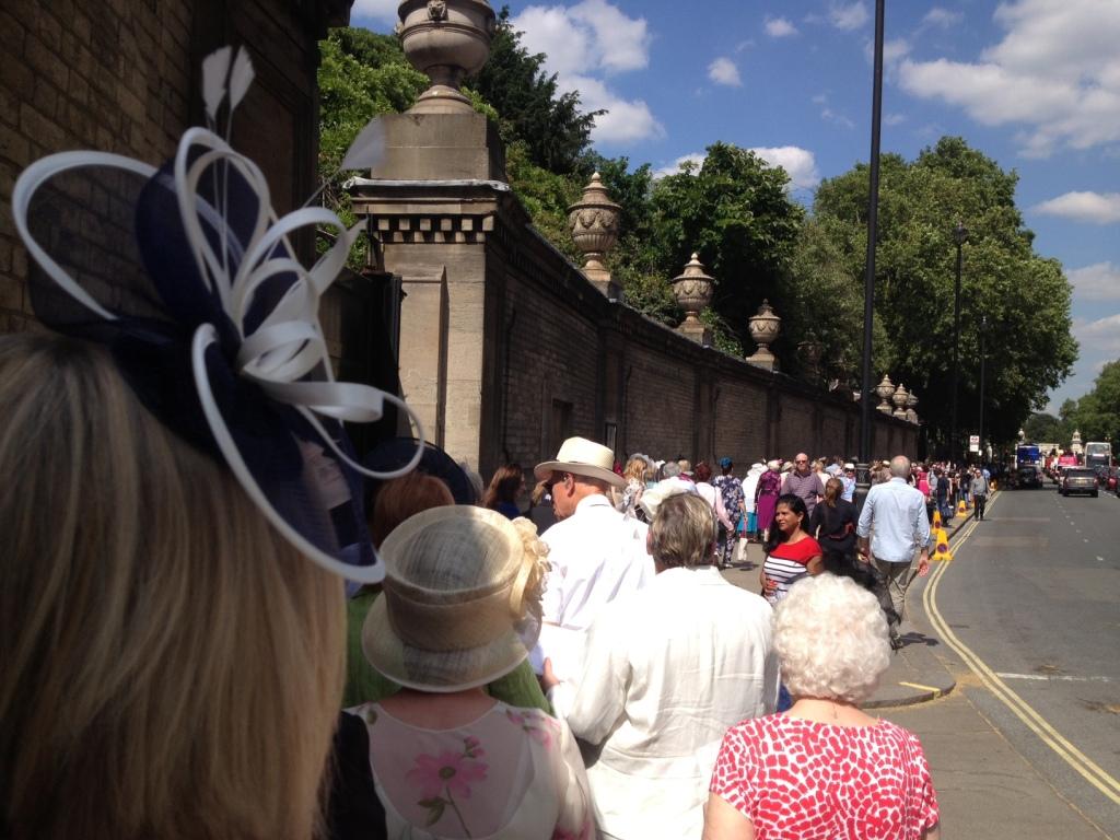 Køen var lang for at komme ind og fyldt med blåt hår og sjove hatte. FOTO: Henrik Dreboldt