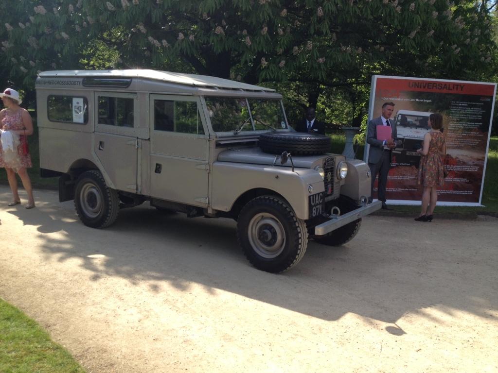 En Land Rover Series I magen til den Land Rover donerede til Røde Kors for 60 år siden - udstillet i et hjørne af haven. FOTO: Henrik Dreboldt