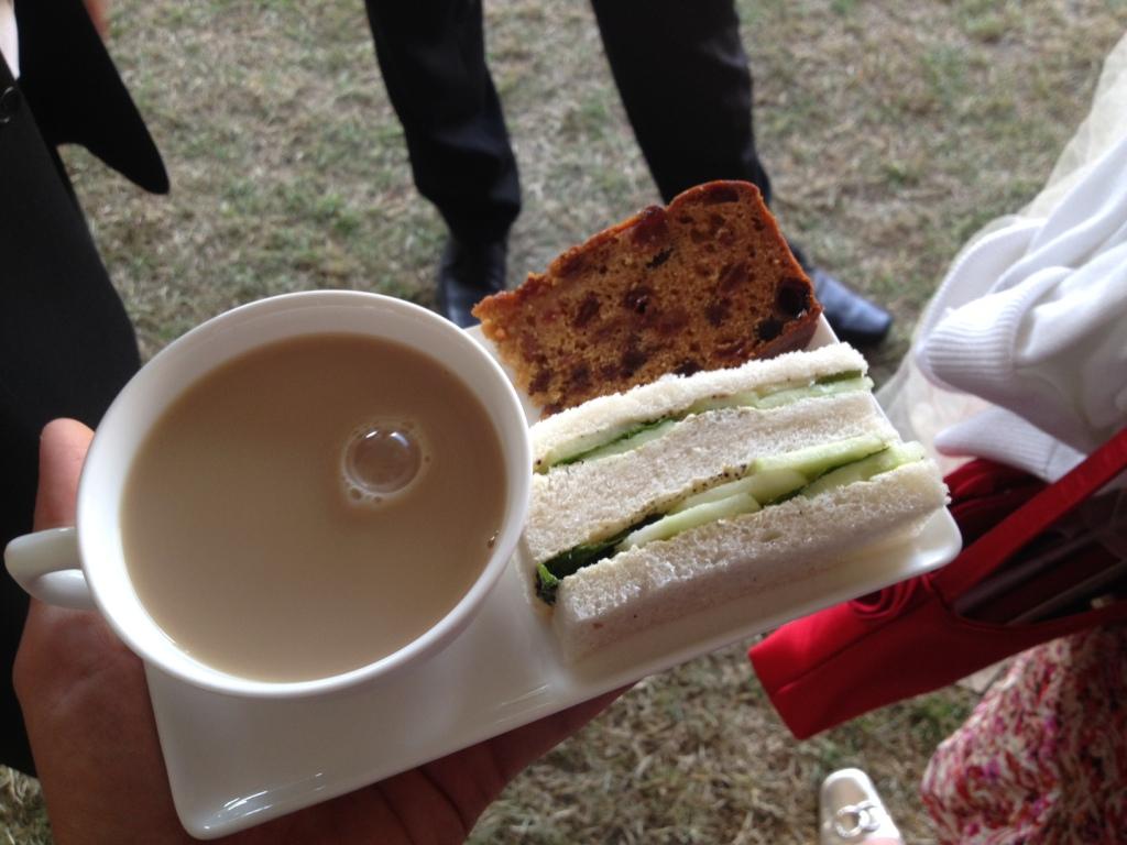 White tea please - med en agurkesandwich med mynte (hvad er det med englændere og mynte???) og et stykke frugtkage. Foto: Henrik Dreboldt