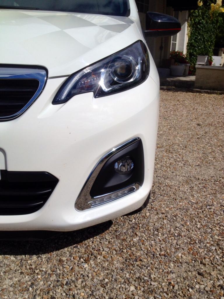Her er en ægte og autentisk Peugeotdetalje - forlygten - som vi kender den fra 2008 og 308