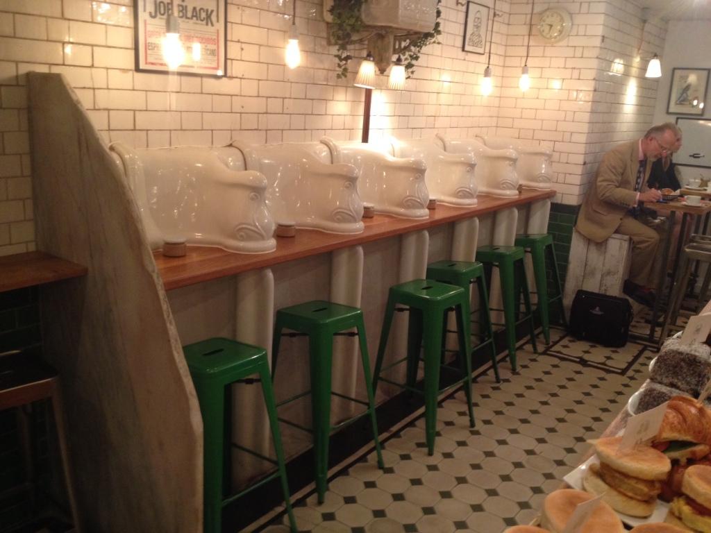 The Attendant er lykkedes med det umulige. At gøre et underjordisk og pensioneret pissoir, til et fed og indbydende cafe. (FOTO: Henrik Dreboldt)