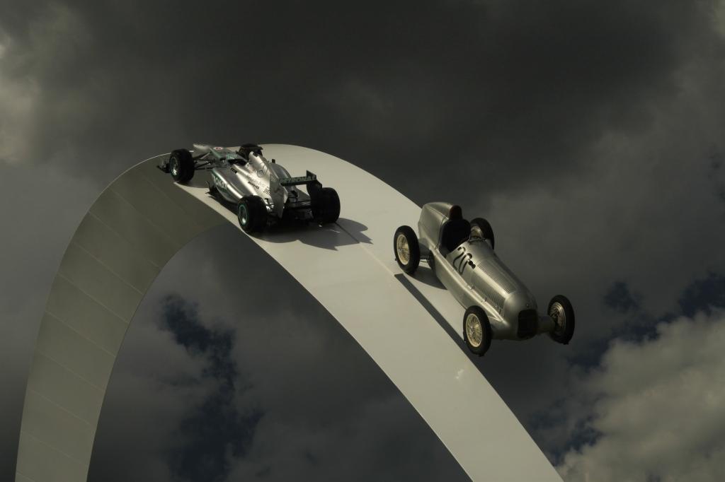 Årets gigantskulptur ved Goodwood House havde en moderne F1 og en Sølvpil hængende, så de kunne ses fra det meste af festivalpladsen.