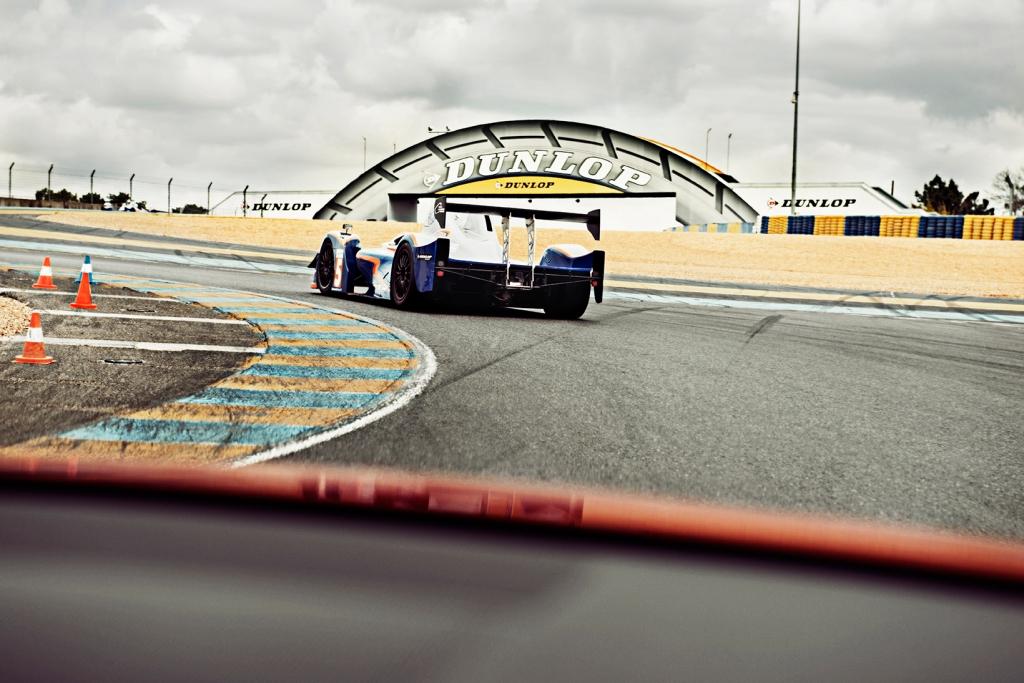 På vej mod Dunlop broen. I de neddroslede Pescarolo-prototyper med Corvettemotor, kunne man holde på hele vejen... Foto Robin Skjoldborg
