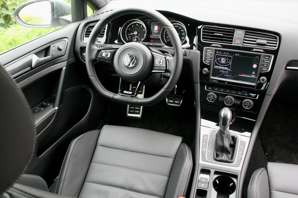 Kabinen ligner en Golf GTIs, men den grå staffering er et klassisk R-touch.