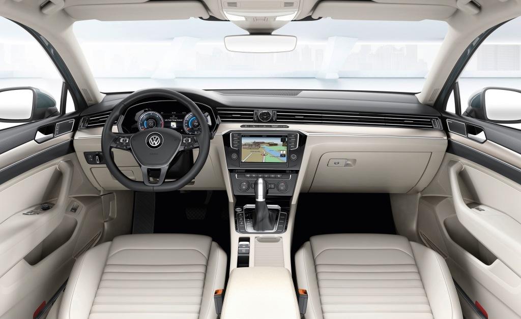 Kabinen når nye højder for VWs interiørkvalitet, og bag rattet er de analoge ure erstattet af en digitalskærm til visning af speedometer m.m.