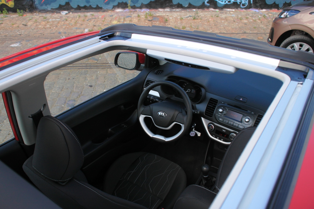Picantos foldetag er marginalt smallere end Peugeotens, men oplevelsen er den samme.