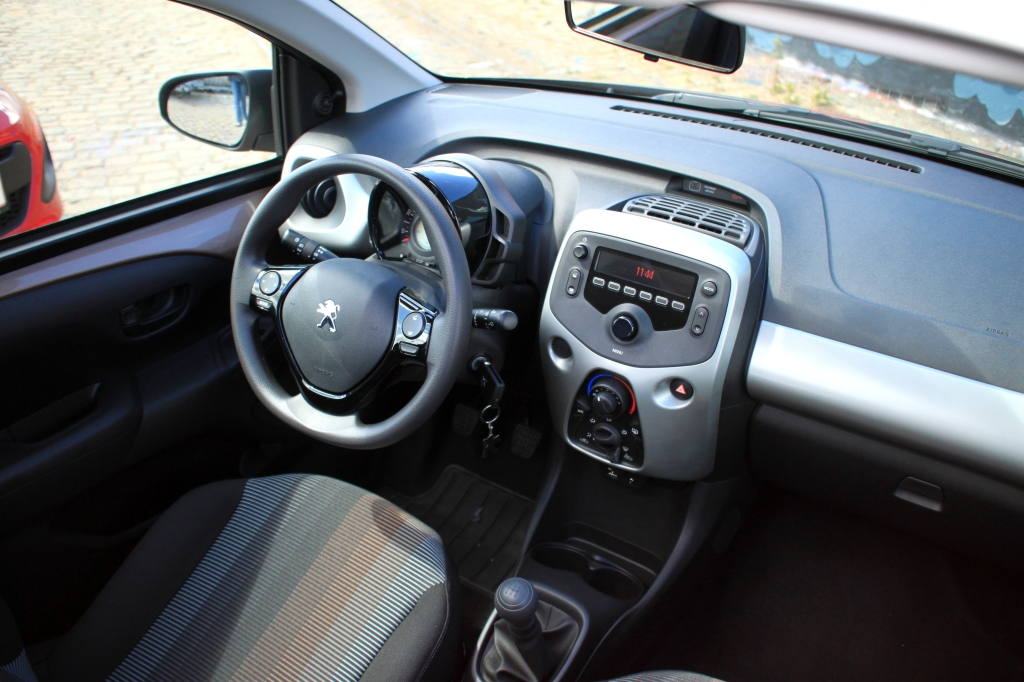 Et kig ned i Peugeot 108, der bortset fra de sprælske sæder ikke imponerer mere end Kia Picanto.
