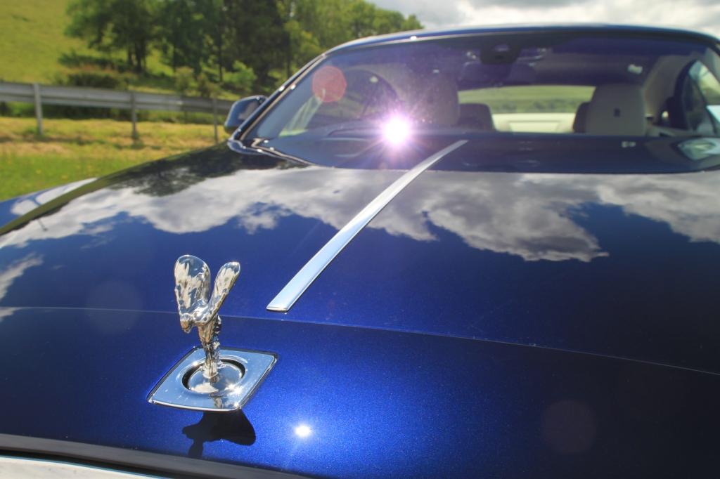 Rolls-Royce bruger flere dage på at lægge lag på lag af lak og maling på, og det giver en dybde i lakken, der er unik for det britiske luksusmærke.
