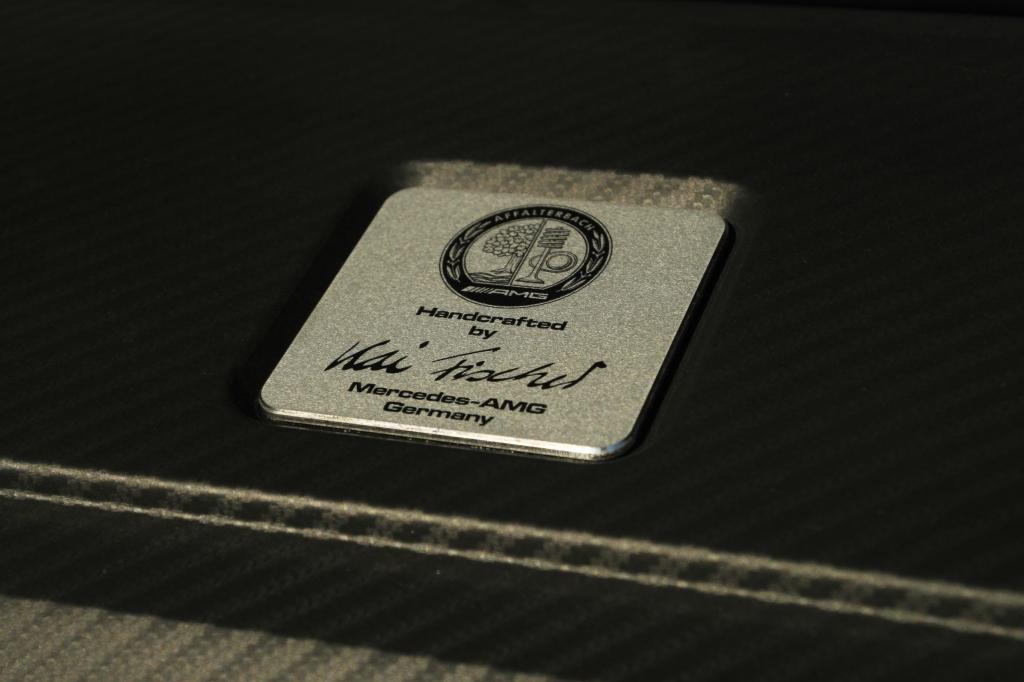 Motoren er stadigvæk håndsamlet og signeret af manden der har samlet den - selvom det kun er en ydmyg rækkefirer på to liter med turbo.
