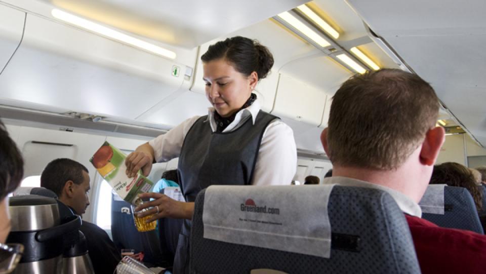 Kabinepersonalet i Air Greenlands fly leverer en service, som regnedrengene har sparet væk hos samtlige konkurrenter. FOTO PR/model