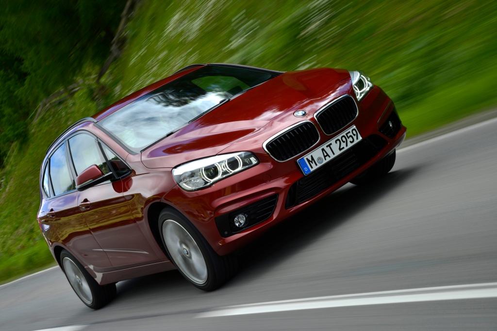Forfra ligner den 100 pct. en BMW, men onde tunge vil mene, at den i profil lige så vel kunne være en Kia Carens. PR-foto