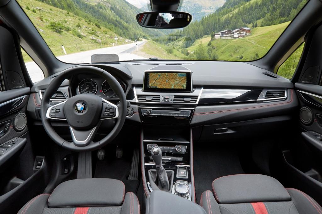Kabinen ser ud som en moderne BMW-kabine. Stilren, konservativ og med høj materialekvalitet. Plexiglas-løsningen til HUD-displayet er dog til den nærige side. Savner den ægte løsning fra 5-serien. Foto - PR