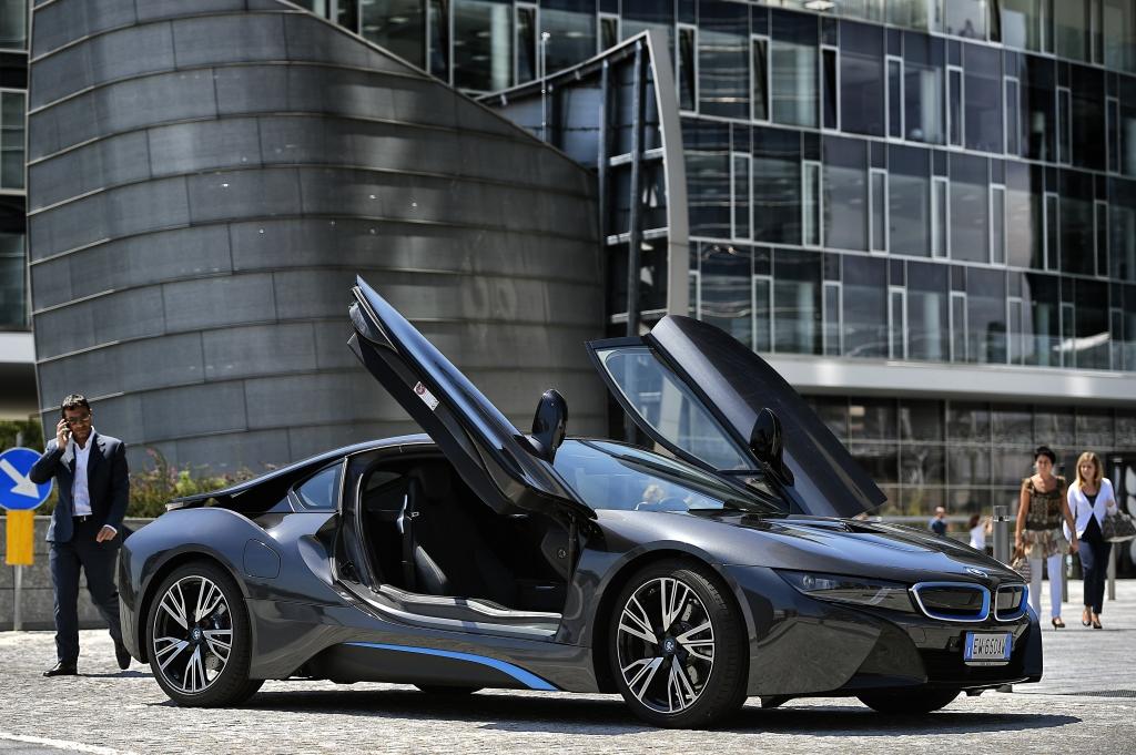 I8 er min drømmebil nr. 1 lige nu. Ved det godt, det er en fesen plug-in hybrid. Men seriøst, hvis det her er fremtiden, så er jeg måske også motorjournalist efter aflivningen af V12'eren, V8'eren og selv BMWs rækkesekser...