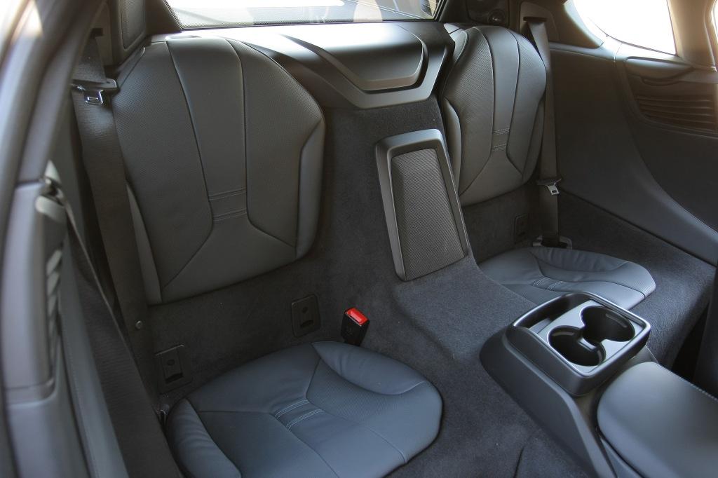 BMW i8 er en 2+2 med bagsæder, men der er ikke mere plads end bagi en Porsche 911. Det vil sige, at de mest er egnet til børn eller sportstasker.