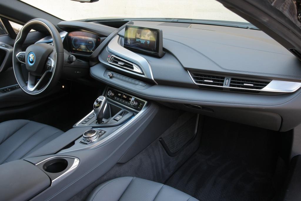 Kabinen er bilens mest konservative element. Her ligner den en BMW, og da den også kører som en BMW, er den lidt forsigtige tilgang et godt match, med den oplevelse man får bag rattet.
