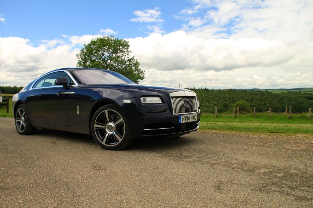 Wraith er kæmpestor. Som i gigantisk. Men den er samtidig harmonisk og smuk, og kombinerer coupeens elegance med de klassiske og bastante Rolls-Royce linjer.
