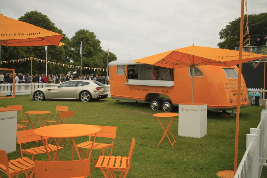 Hvor tjekket er det at have en Ferrari foran sin champagnesælgende trailer/campingvogn? Overlad man blot det til Veuve Clicquet