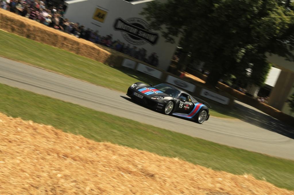 Porsches Hybridlyn 918 var der naturligvis - malet i klassisk Martini staffering. En af de biler jeg allerhelst ville bag rattet på. OG den nåede helt op i modsætning til den udstillede og kørte McLaren P1, der endte dage i halmballebarrieren...
