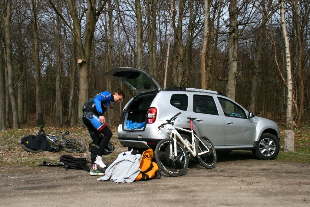 Den trofaste Dacia Duster pakkes ud til endnu et spir. Den åd gladeligt de to cykler og al vores bagage!