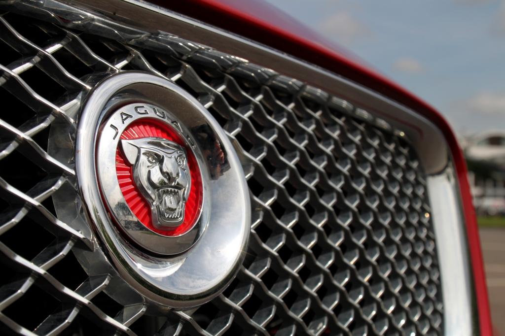 Logoet er det samme, men ellers er der ikke meget klassisk XJ over en ny Jaguar XJ.