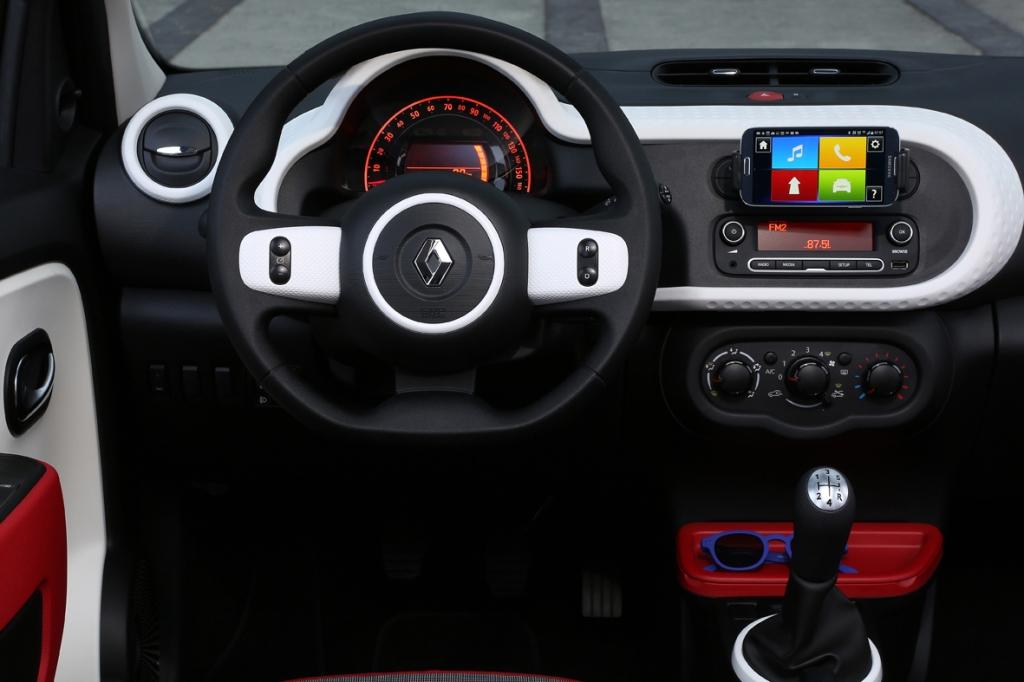 Kabinen er nuttet og funktionel, men min indre automobilnørd savner en analog omdrejningstæller.