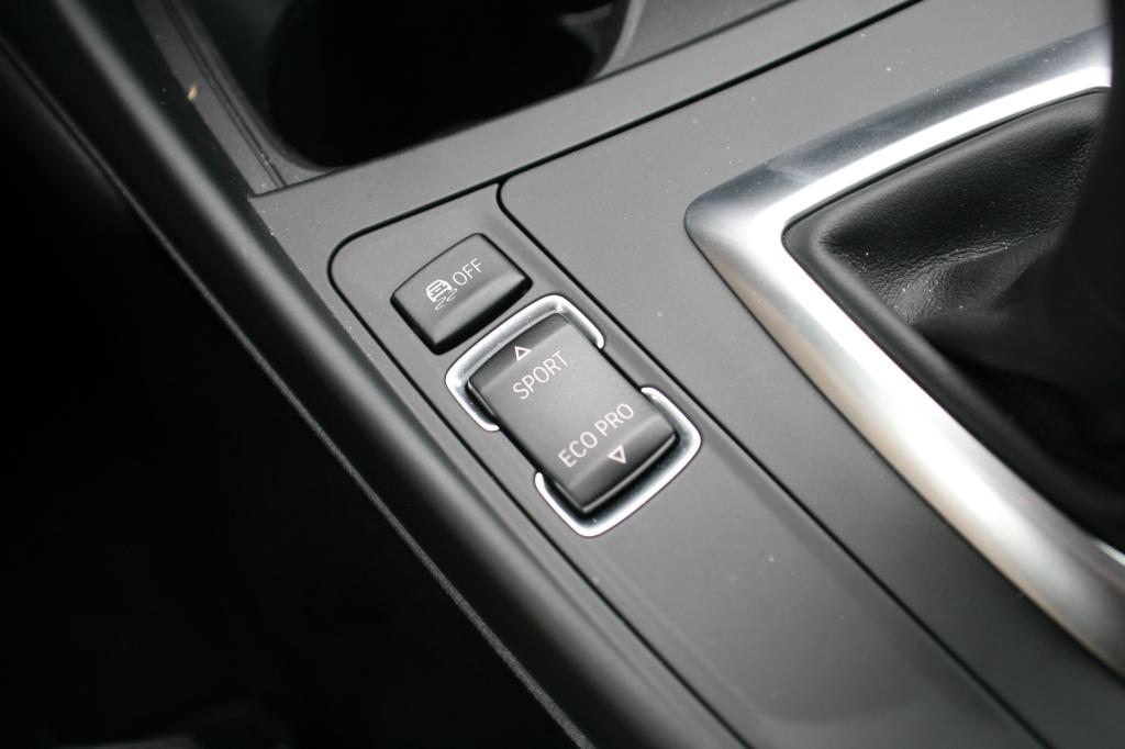 Den magiske knap der ændre bilen fra kedsommelig og sløv sparemobil i Ecopro til hardcore racer i Sportplus