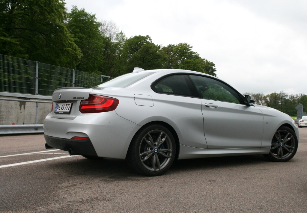 Baghjulstræk, langsliggende rækkesekser foran og 326 hk - what's not to like?