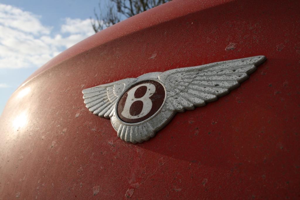 Det stolte Bentley logo har ofte før været oppe i mod et tog, og for det meste vundet. Det er lidt af et pres.