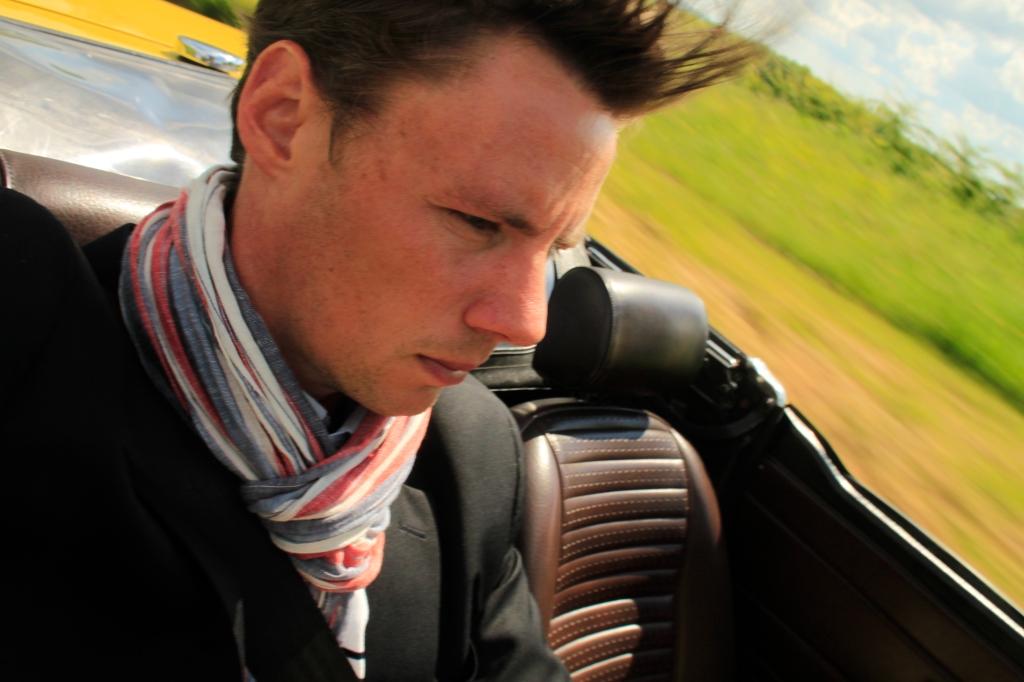 Måske billedet ikke står helt skarpt, men det er svært at køre klassiske vogn og skyde selfie med et spejreflekskamera. Men det fanger stemningen af vind i håret og rullende grønne marker.