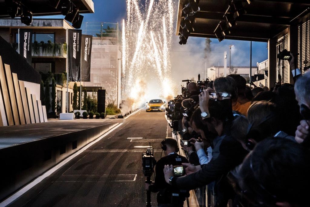 I røg og damp triller Nico Rosberg bilen frem foran den forsamlede internationale motorpresse.