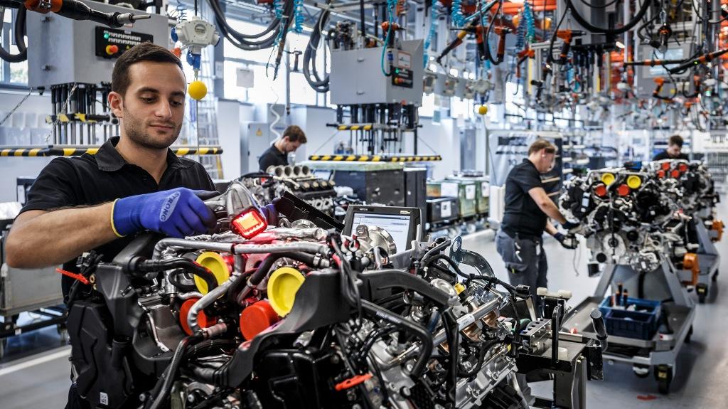 Hos AMG håndbygges motorerne. Det er en mand til en motor, og han samler den fra A til Z. til sidst får han sin navneplade på motoren.