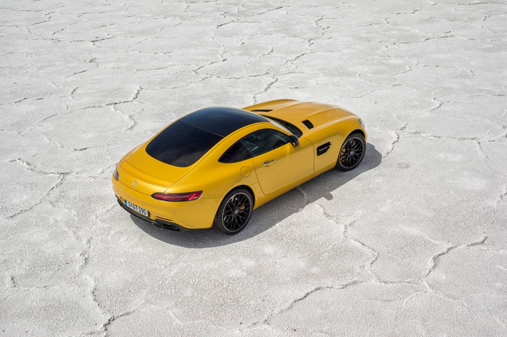 AMG GT er rå som friskslagtet og nyhakket tartar. Laaaaaang næse, brede hofter og store luftindtag. Den erobrer tronen som hårdeste nyser i 500 hk klassen fra Jaguar F-Type. I min optik...
