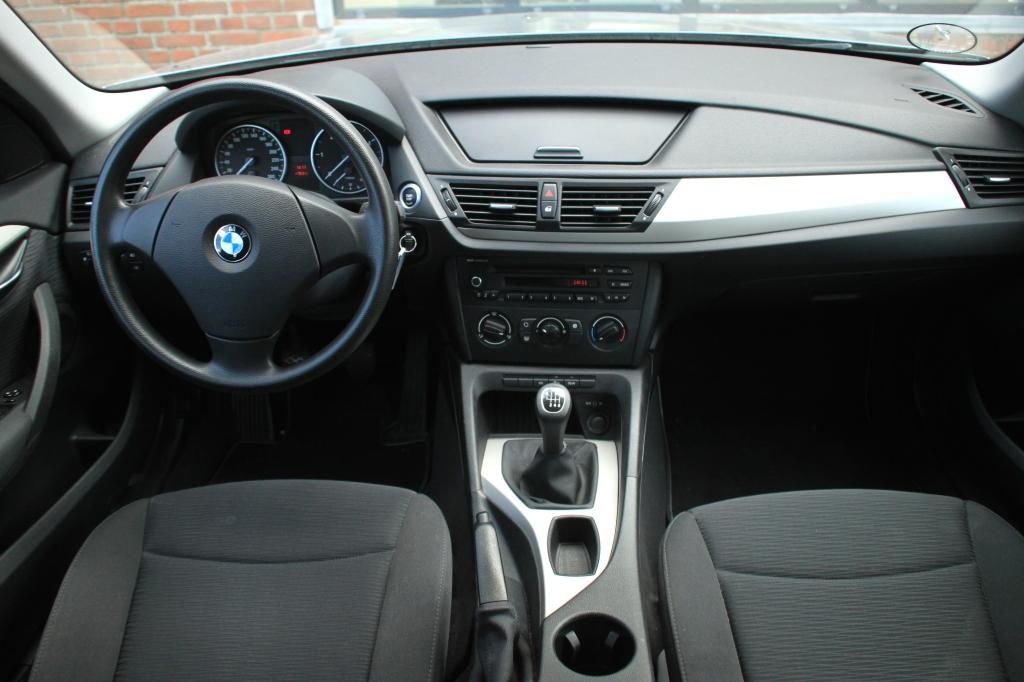 BMW kabinen er sammenlignet med de to andres kedelig som et kommunebibliotek en regnvåd tirsdag eftermiddag. Læg dertil materialer fra en hylde lavere, og X1 vinder ikke mange point i kabineduellen.