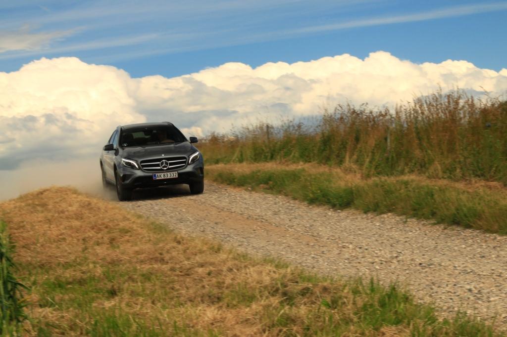 Mercedes GLA er den nyeste, og den fremstår også som bilen med den mest kultiverede køreoplevelse. Den er komfortabel og kabinen er en liga over BMWens når det kommer til lækkerhedsfaktoren. Den er bare ikke rigtigt en crossover, dertil er den for lav og hatchbackagtig.