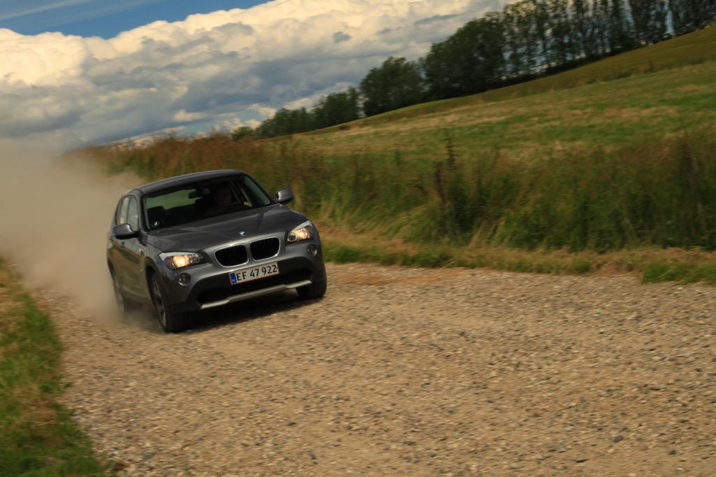 BMW X1 er testens ældste model, og det kan man mærke. Mindst komfortabel og raffineret og offroad er den hård. Men på asfalt er den alligevel den skarpeste i kuldet.