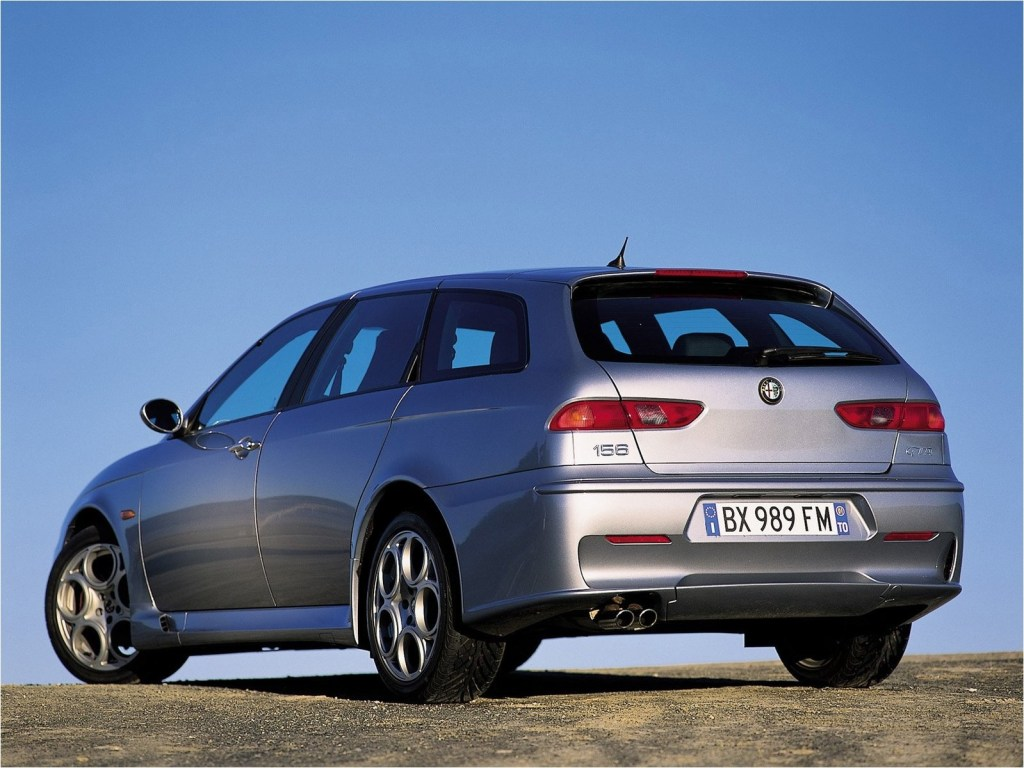 Sådan ser det ud når begreberne sexet og stationcar fusioneres: Alfa Romeo 156 Sportswagon. Modelfoto