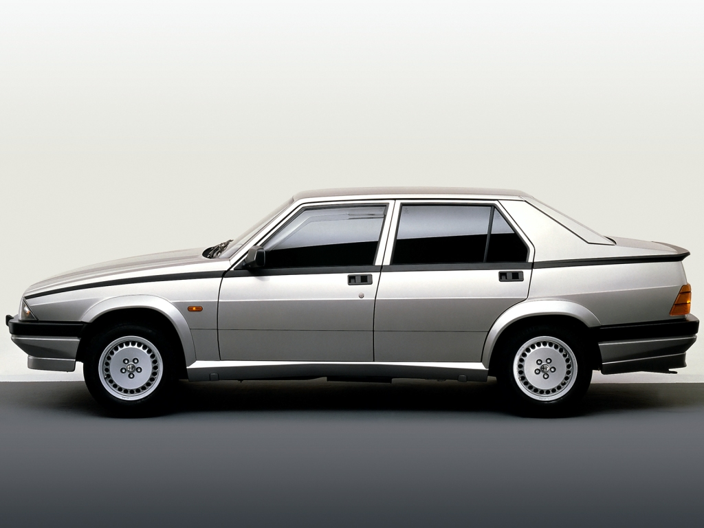 Kantet 80'er design far Italien, når det er allerbedst. Alfa Romeo 75 er feeed, og man kan nærmest se på bilen, at vægtfordelingen er perfekt mellem for- og bag-aksel.