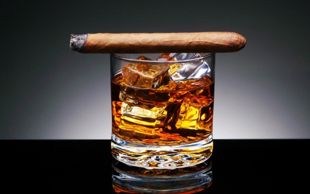 Det kan synes ekseptionelt old-school i 2014, at sætte pris på whisky og cigarer. Men nogle ting går aldrig af  mode, og sådan et klassisk sæt er ikke at foragte. Enten i eftertænksom ensomhed eller i gode venners lag.