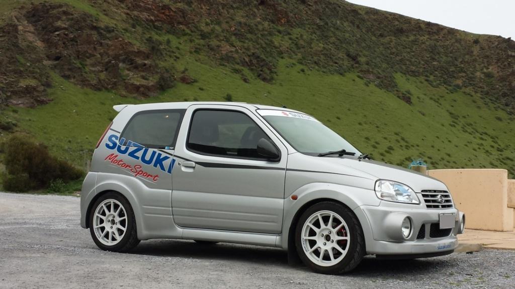 Suzuki Ignis Sport ligner det den er - en halvtyk og ranglet familiebil proppet i en spandex-sportdragt. Men den lever op til de hvide rallyfælge, og imponerer voldsomt, når man er kravlet ned i Recarostolene. MODELFOTO