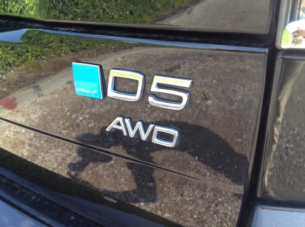 D5 betyder en fuldfed og dieseltørstig maskine på +200 hk og AWD firehjulstræk. Men vi kan lide den allesammen. Både bilnørder og økoflipperne, for den rare Volvo XC90 er ikke som de andre SUV'er...
