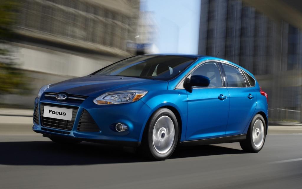 Den gamle Ford Focus som blev introduceret i 2011, havde slet ikke samme visuelle elegance som den nye faceliftede model. Der var simpelthen for mange forvirrende streger på fronten.