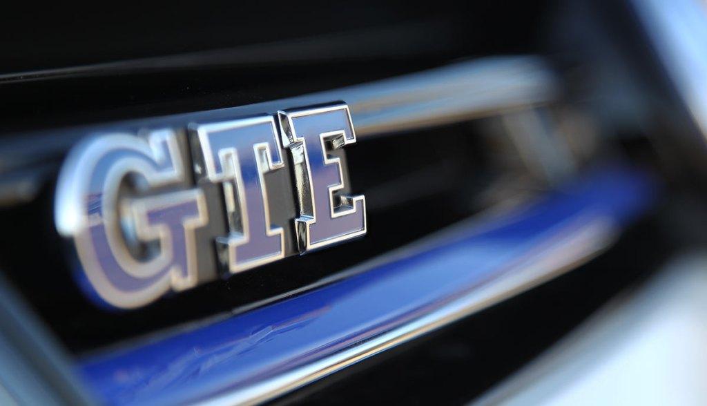 GT-bogstaverne forpligter, mens E'et står for el-motoriseringen. Men VW lykkedes med den modstridende kombination, og har begået en økonomisk GT-model med spræl som en GTI.