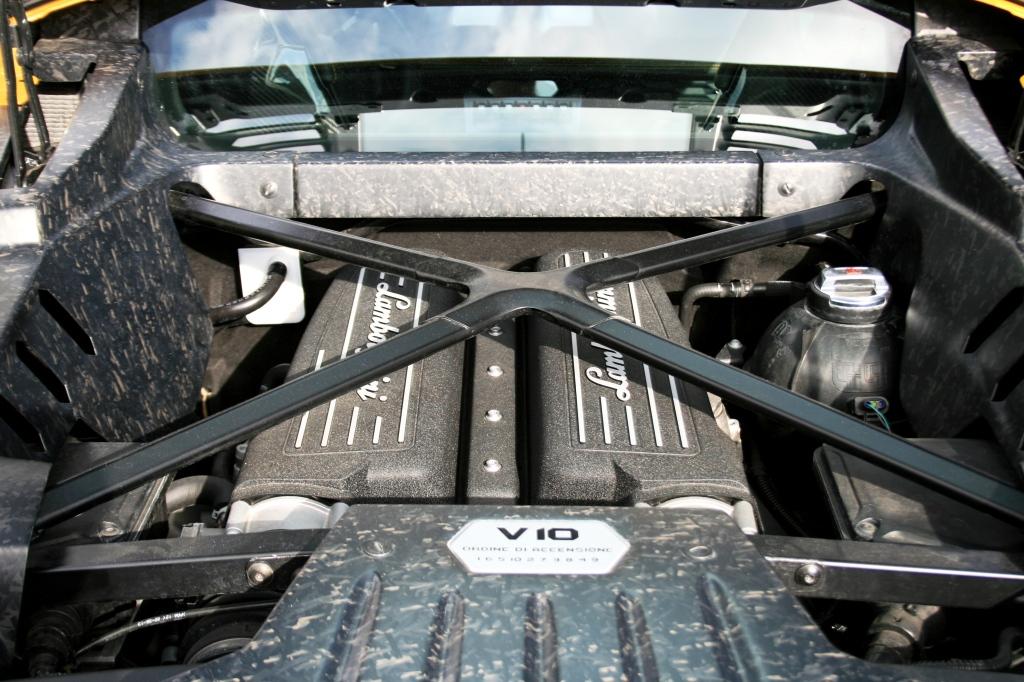 V10 motoren er principielt den samme 5,2 liters maskine, som lå i Gallardo. Men den er teknisk optimeret på en lang række punkter, og for første gang bryder den 600-hk-barrieren.