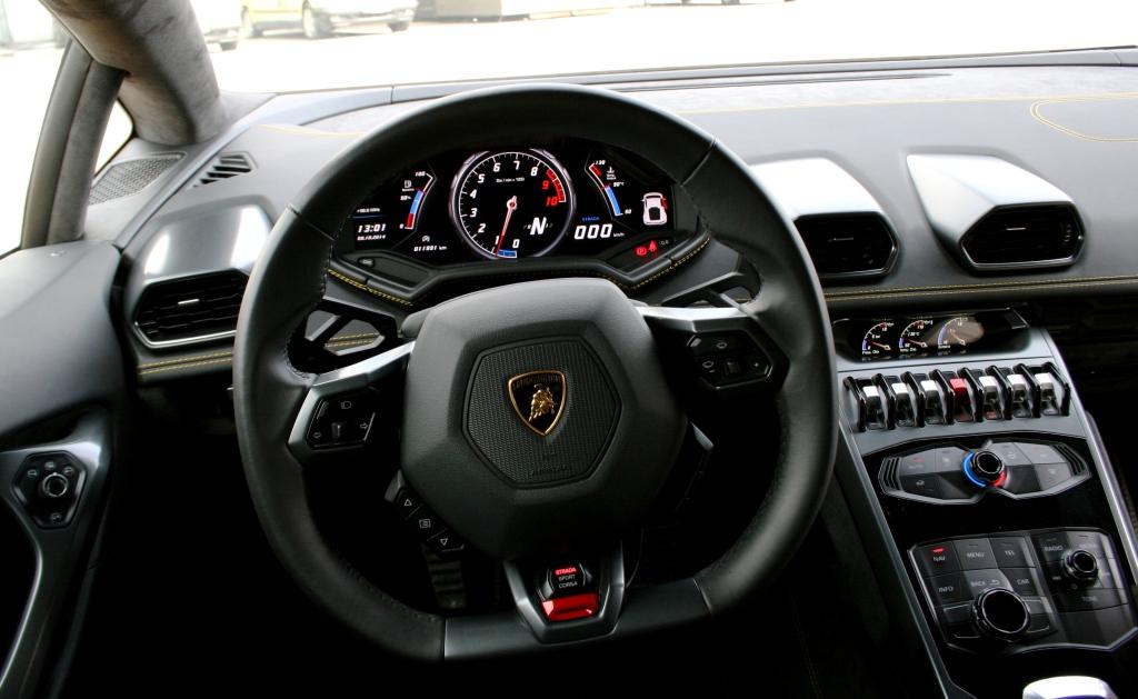 Lamborghini leverer en af de vildeste cockpit-oplevelser i bilbranchen. Det er high-tech med masser af funky vippekontakter og fly-referencer.