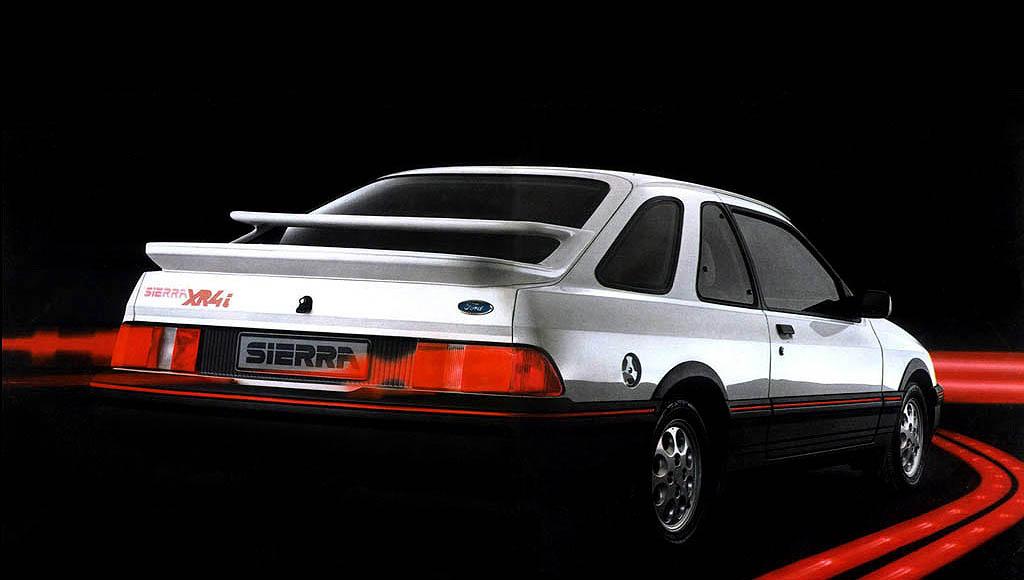 Sådan skal en 80'er drømmebil skæres. Tjek spoilerne! De skal holde V6'erens 145 hk tøjlede. MODELFOTO